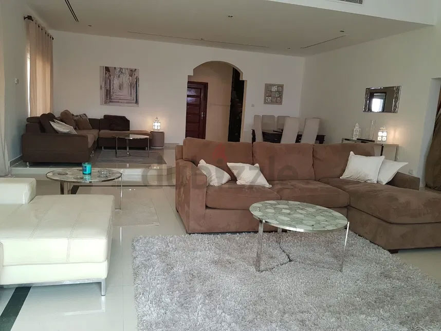 Ensuite room in expat villa with POOL behind fitness HQ